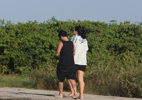Thammy Miranda passeia pela orla da Barra da Tijuca com uma amiga