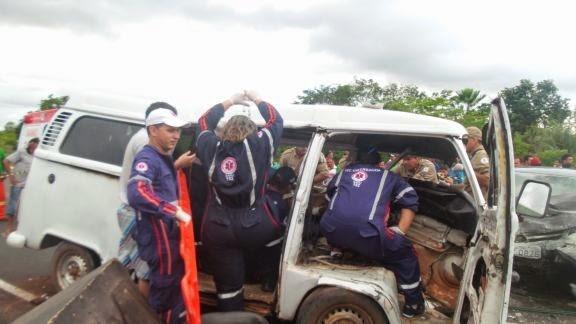 Colisão de veículos na curva do Pirangi deixa saldo de um morto e vários feridos.