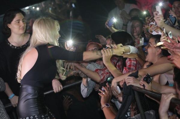 Em noite como DJ, ex-BBB Clara reúne multidão, faz caretas e até gesto obsceno em boate gay