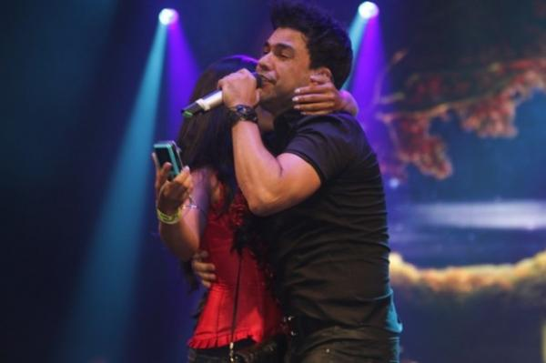 Em show, Zezé é agarrado em palco e Luciano anuncia o filho como cantor