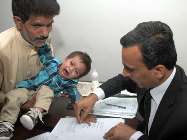 Em tribunal, beb de 9 meses acusado de tentativa de homic冝io  inocentado