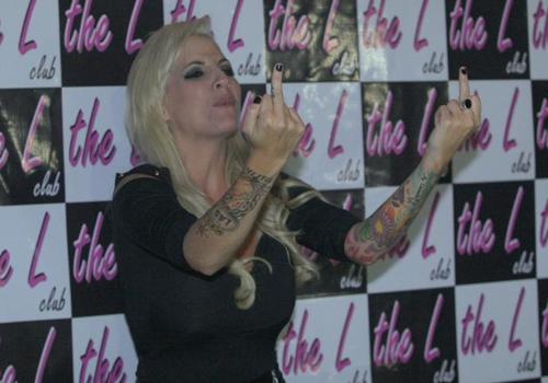 Ex-BBB Clara diverte público sendo a DJ em uma boate gay em São Paulo