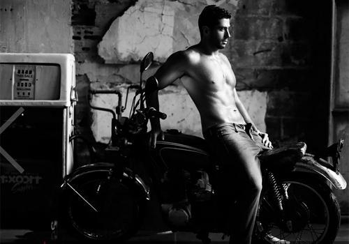 Ex-BBB Marcelo tira (quase) tudo durante ensaio sensual para o Paparazzo
