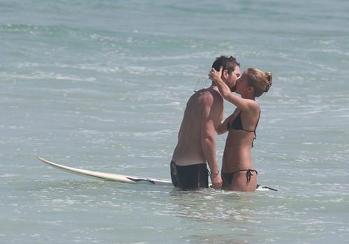 Fernanda de Freitas aproveita o sol, p o biqu匤i e namora muito na praia
