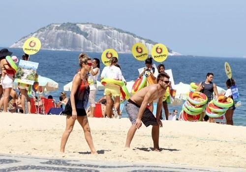 Fernanda Lima e Rodrigo Hilbert jogam vôlei na praia