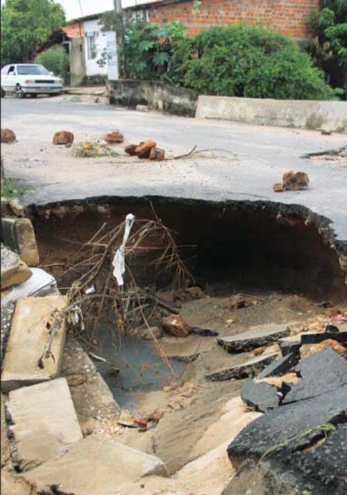 Galeria cede por causa da chuva e forma enorme buraco na zona Sudeste de Teresina