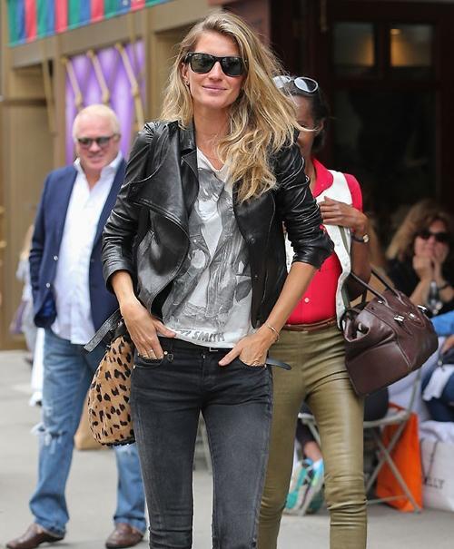 Gisele Bündchen sorri para paparazzo em Nova York