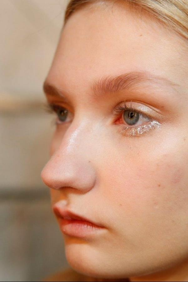 Maquiador ensina como fazer make com glitter nos olhos usado em desfile