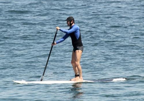 Marcelo Serrado leva g麥eos  praia e pratica stand up paddle