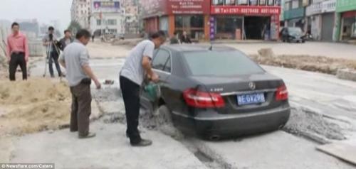 Motorista ignora sinaliza鈬o de cimento fresco e acaba ficando atolado