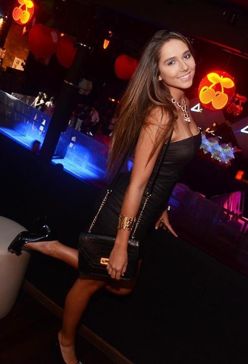 Usando um vestidinho colado, modelo Carolina Portaluppi curte festa no Rio