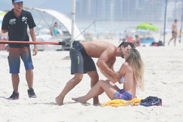 Júlio Rocha beija muito a namorada em dia de praia no Rio