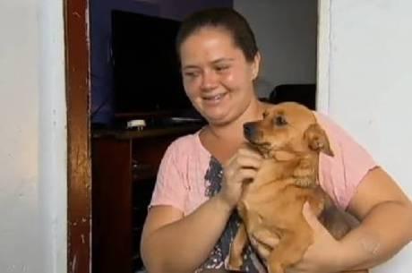 Mulher tenta proteger cachorro e apanha de policial em supermercado