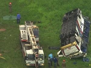 Ônibus capota e deixa 6 mortos na Rodovia Rio-Santos