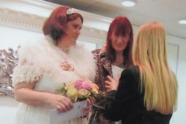 Mulher de 43 anos muda opção sexual para se casar novamente com ex-marido após mudança de sexo