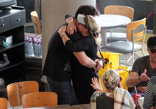 Susana Vieira e Sandro Pedroso trocam carinhos em aeroporto no Rio