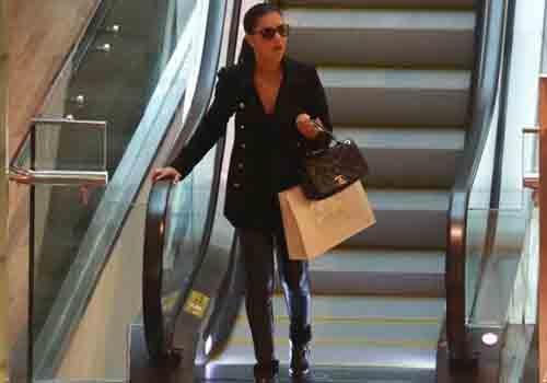Com bolsa de marca, Mariana Rios vai às compras em shopping carioca