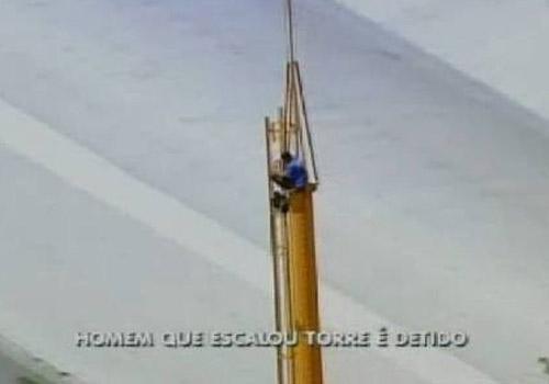 Depois de ameaçar pular de torre, homem desce e é detido pela polícia
