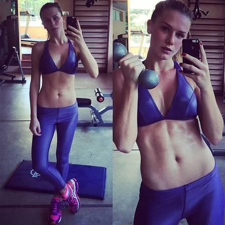Fiorella Mattheis mant駑 os 58kg com v疵ios tipos de exerc兤io e cuida dos fios com cabeleireiro top