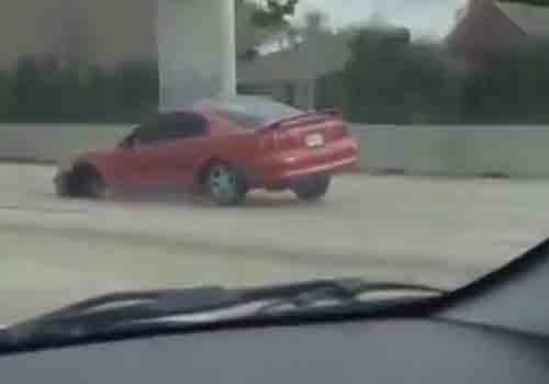 Motorista é filmado dirigindo Mustang sem uma das rodas nos EUA