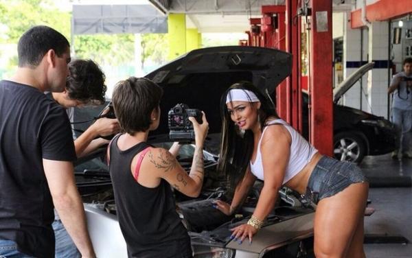 Mulher Melancia grava clipe em oficina mecânica e promete surpresa