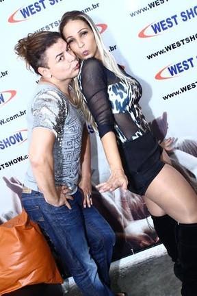 Popozuda dá beijinho no ombro e leva tapinha no bumbum antes de showzaço