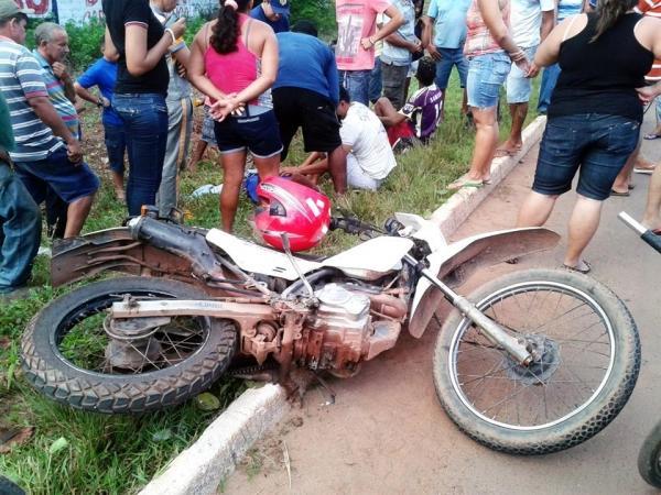 Acidente entre carro e motocicleta deixa dois homens gravemente feridos em Altos