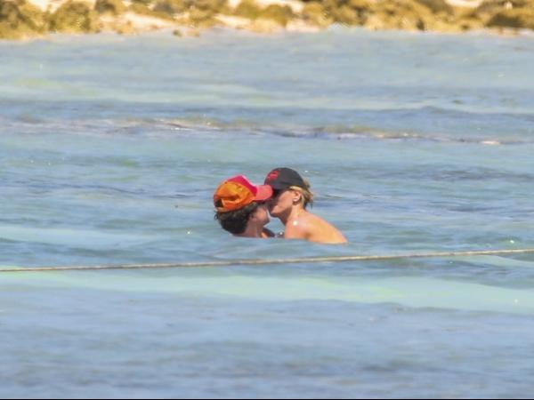 Com corpaço aos 40 anos, Heidi Klum faz topless em praia paradisíaca no México