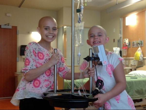 Escola suspende aluna que raspou a cabeça para apoiar amiga com câncer
