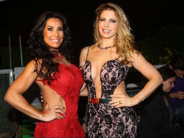 Ex-colegas Sheila Mello e Scheila Carvalho arrasam em look superdecotados em evento
