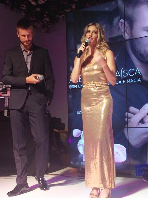 Fernanda Lima surge com curvas salientes em evento de beleza com o marido
