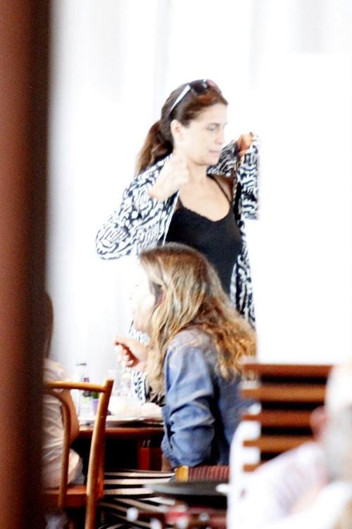 Giovanna Antonelli almoça com a família em shopping