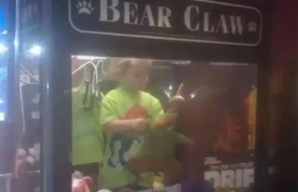 Menino sumido é achado entalado em máquina de pegar brinquedos