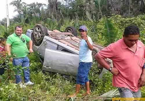 Motorista perde controle de veiculo e acaba tombando ao desviar de animal na pista