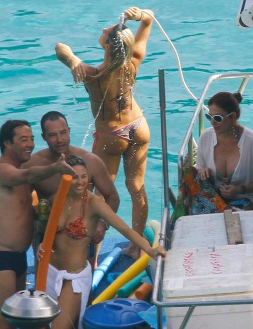 Bruno Gagliasso se diverte em passeio de barco com Giovanna Ewbank
