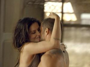 Cau Reymond e Cleo Pires d縊 beijos quentes em cena da s駻ie
