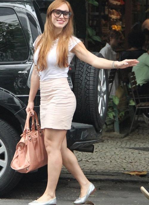 De saia, ex-BBB Aline é fotografada ao deixar restaurante no Rio
