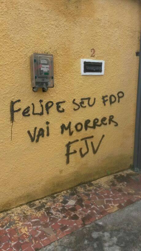 Goleiro do Flamengo  amea軋do em muro pichado