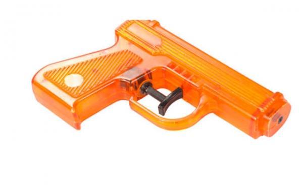 Menino é suspenso de escola por ter arma de água amarela brilhante