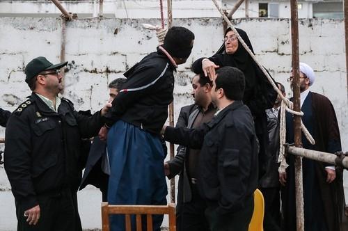 Prestes a ser enforcado, homem recebe tapa e é perdoado pela mãe da vítima do crime