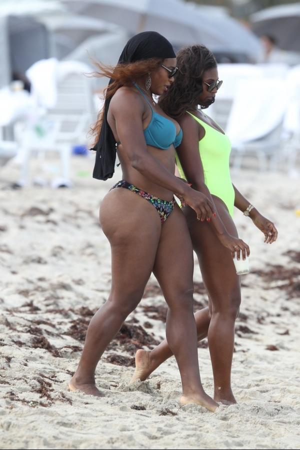 Que saúde! De biquíni, Serena Williams exibe seu popozão em praia