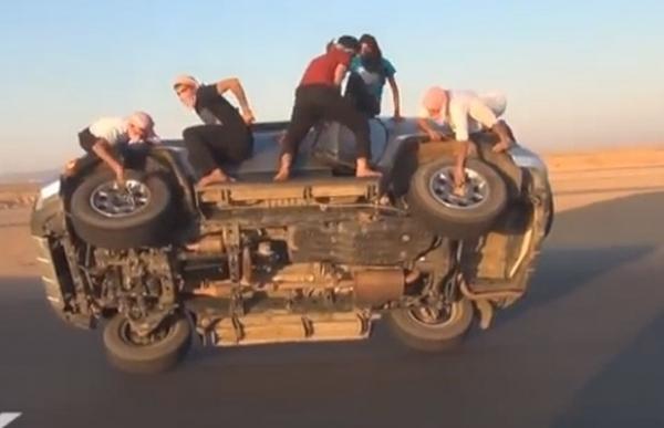 Sauditas se arriscam com manobras em carro sobre duas rodas em vídeo