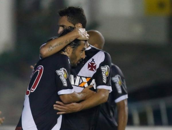 Vasco tem gol mal anulado, mas vence Resende com pênalti polêmico: 1a 0