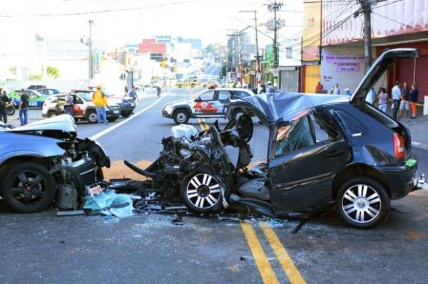 Acidente com um morto e dois feridos deixa carro destruído