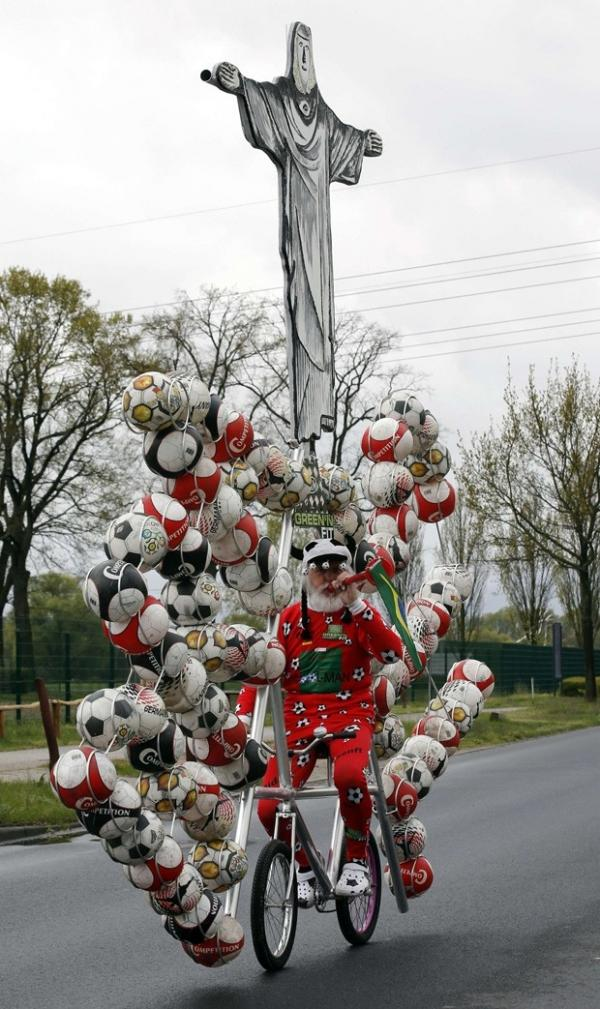 Alem縊 cria bicicleta maluca inspirada na Copa do Mundo no Brasil