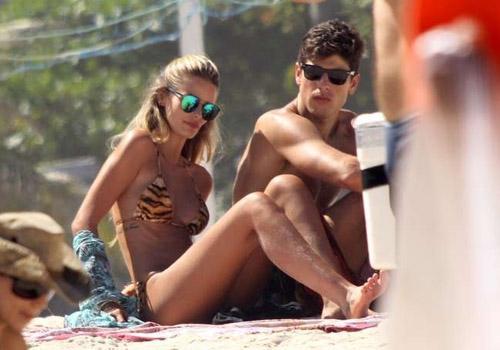 De biquíni, Yasmin Brunet curte praia com marido no Rio