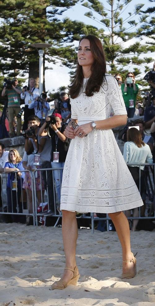 Em tour na Austr疝ia, Kate Middleton escolhe vestido de estilista local