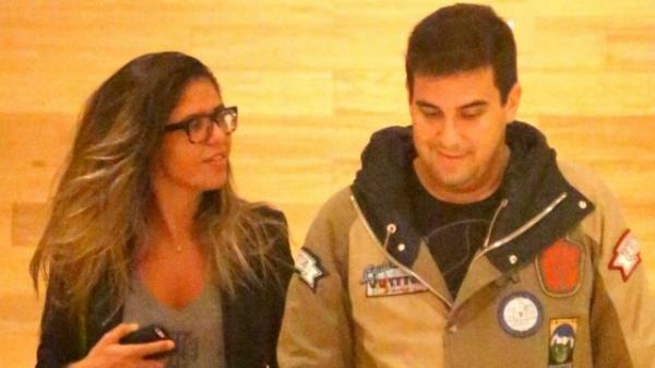 Fininho, André Marques não sai da linha em jantar ao lado de morena; veja fotos