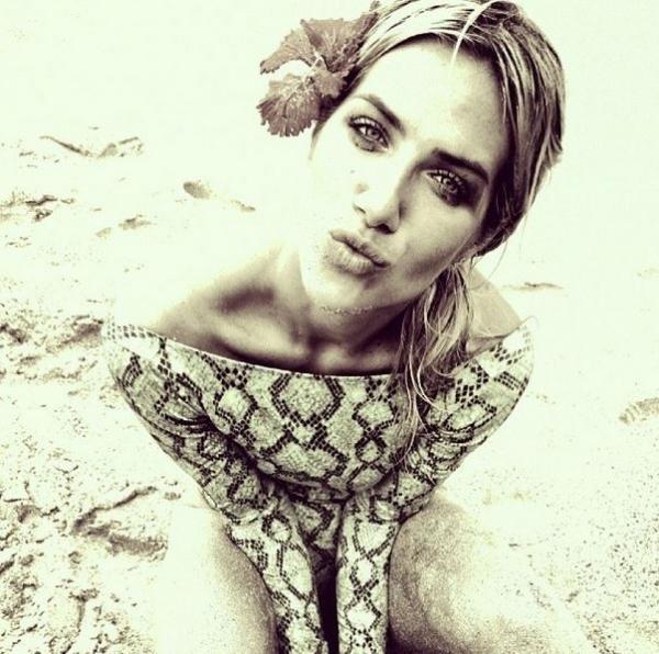 Giovanna Ewbank se despede de viagem com foto de maiô cavado