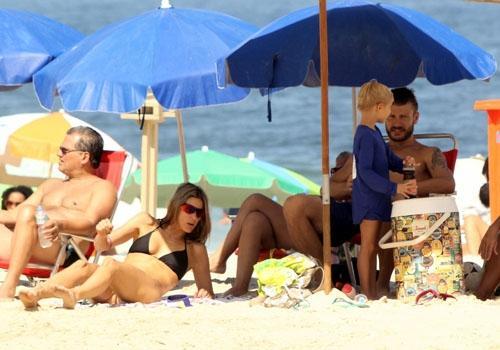 Hilbert não economiza nos carinhos em tarde na praia ao lado de Fê Lima; fotos